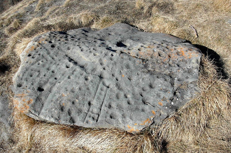 Un magnifique spécimen de pierre à cupules, Alpe de Cotter, VS
